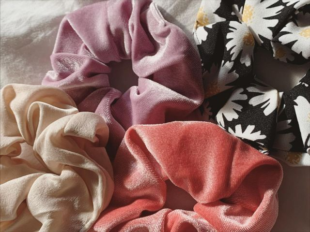∙ 𝗡𝗲𝘄 𝗦𝗰𝗿𝘂𝗻𝗰𝗵𝗶𝗲𝘀 ∙   #scrunchies #lila #beige #black #white #madeliefje #elastiekjes #scrunchiestyle #scrunchielove #jewellery #jewelry #haaraccessoires #sieradenwebshop #sieradenboutique #haarstyling #hairfashion