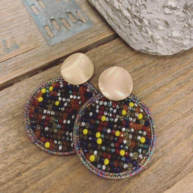 ∙𝗢𝗼𝗿𝗯𝗲𝗹𝗹𝗲𝗻 𝗥𝗼𝘂𝗻𝗱 𝗠𝘂𝗹𝘁𝗶 ∙   Kijk deze leukerds dan! 🤩 Zo makkelijk te combineren omdat er meerdere kleuren in de oorbellen zijn verwerkt!   #earrings #eyecatcher #jewellery #jewelry #earringsoftheday #musthaves #sieradenwebshop #sieradenonline #sieradenwebwinkel #oorbellenonline
